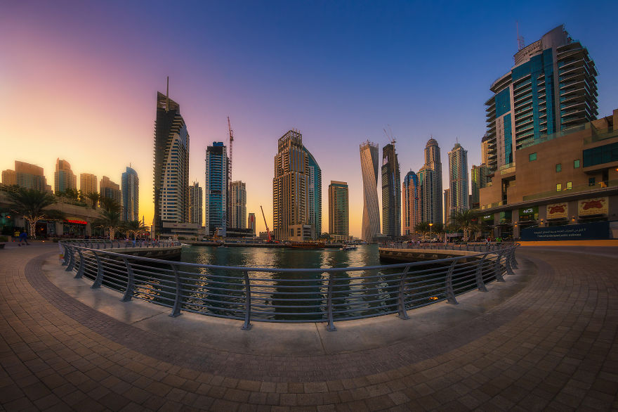 night-time-dubai-looks-like-it-came-straight-from-a-sci-fi-movie-7__880