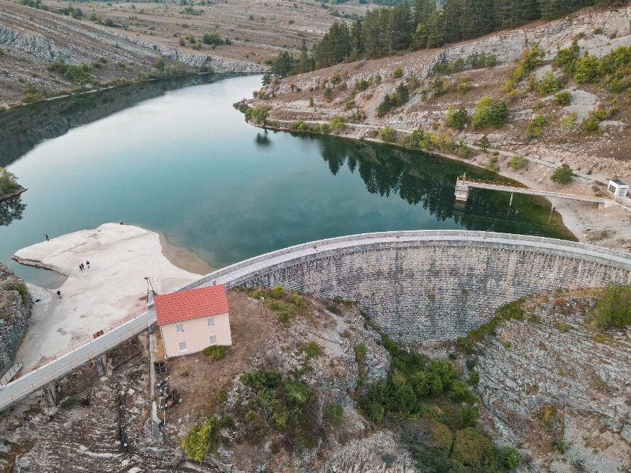 Brana na jezeru Klinje kod Gacka